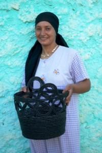 Artisane marocaine, tenant un sac IFASSEN