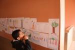 Les élèves affichent leur dessins d'écogestes - école Moulouya (Berkane)